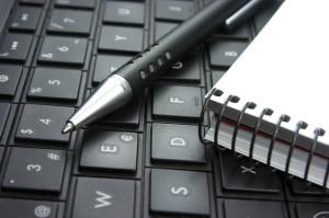 Teclado de ordenador, bloc de notas, idea